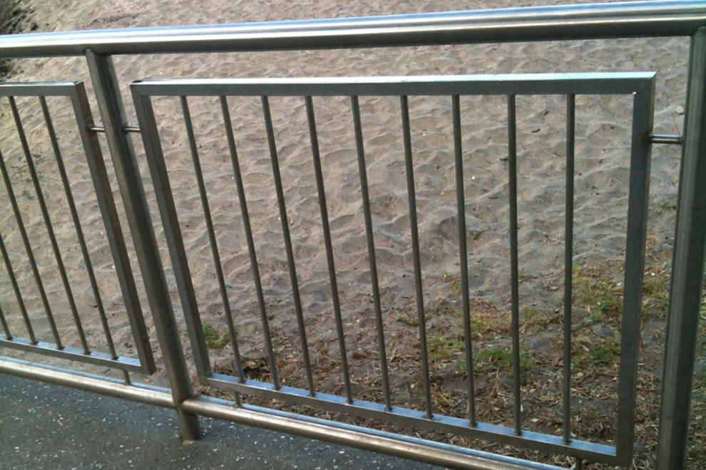 1500mm High Mesh and Pipe Fence - Auckland Design Manual